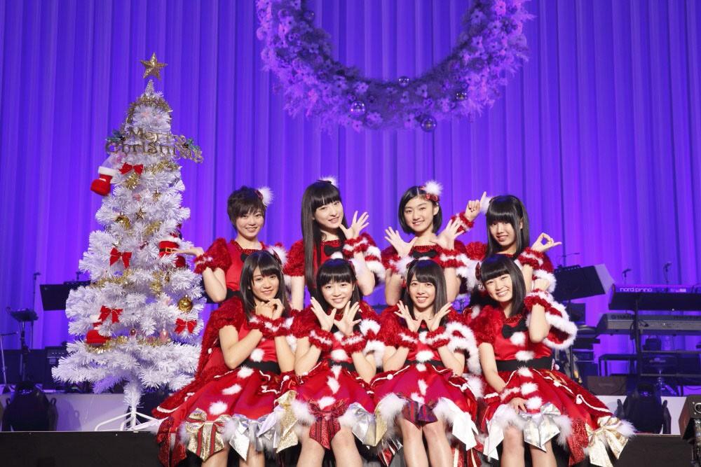 クリスマスツリーと写る私立恵比寿中学