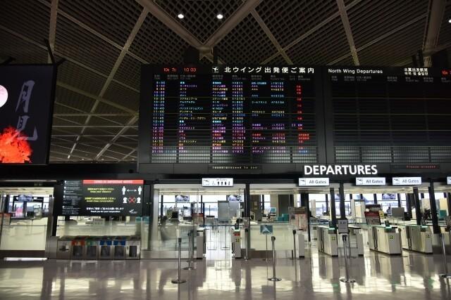 日本への入国時に「14日間隔離します」と書かれた誓約書への署名が必要に。14日間の隔離規則に違反した場合は氏名公表などの処罰、外国人居住者は強制送還の可能性も