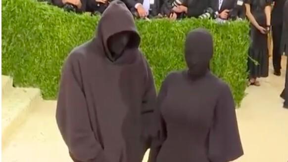 【Met Gala 2021】メトロポリタン美術館で毎年開催されるチャリティー・ファッションイベントに全身真っ黒でコナンの犯人状態のKanye West夫婦で登場!?かと思いきや…