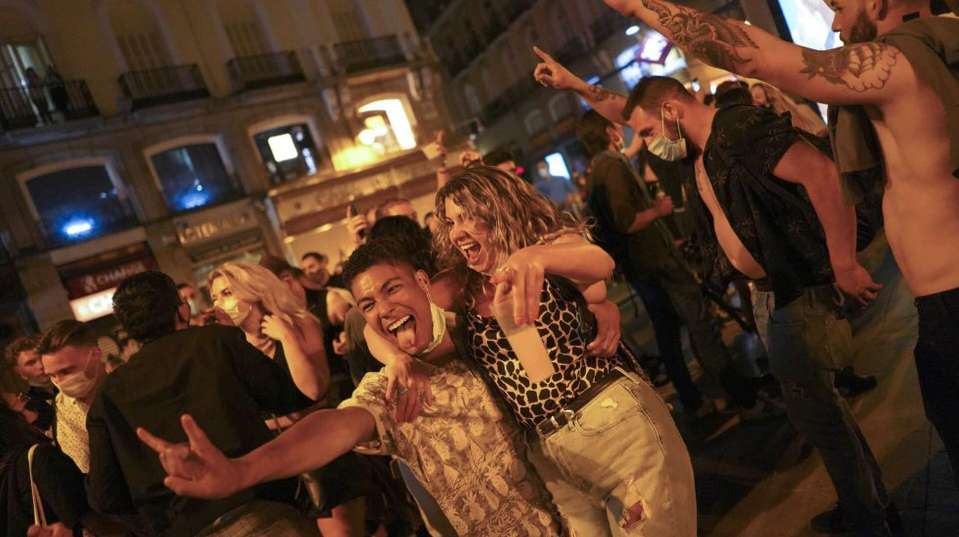 スペインでは「非常事態」「午後11時以降の外出禁止令」を解除!マドリードでは数千人が路上で酒を飲みながら規制解除を祝う